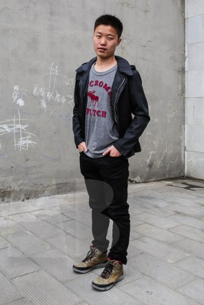 Tom was wearing a t-shirt by Jan Rothuizen, black jeans: model's own and yellow sneakers (property of GS)